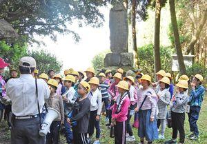 霊仙寺跡で栄西茶などについて学んだ東脊振小の児童たち=吉野ヶ里町