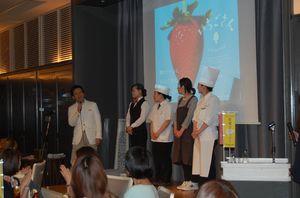 メニューを開発した料理人たちと山口祥義知事(左)=大阪市