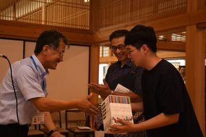 七田忠昭館長(左)から記念品を受け取る湖城さん(中)ら=佐賀市の佐賀城本丸歴史館
