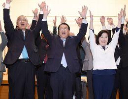 3選を決めて、万歳三唱する樋口久俊氏(中央)。右は妻の愛子さん=22日午後10時9分、鹿島市の高津原コミュニティーセンターかんらん