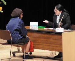 最優秀賞に輝いたJA伊万里有田支所の清水香那さん(右)=佐賀市文化会館