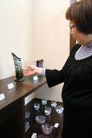 吹きガラスでかたどった個性的なガラス作品が並ぶ=佐賀市唐人町のあづま堂