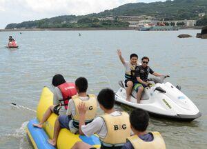 バナナボートなどマリンスポーツを楽しむ生徒たち=太良町B&G海洋センター