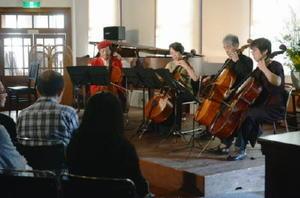 還暦記念のコンサートでチェロ四重奏を披露する草場謙さん(左)ら「fーClef」のメンバー=佐賀市の旧古賀銀行浪漫座