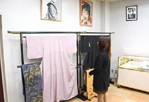美空ひばりさんがプライベートで愛用した着物や宝飾品が並ぶ会場=有田町幸平の「有田館」