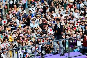 平昌冬季五輪フィギュアスケート男子での66年ぶりとなる2連覇達成を祝い行われたパレードで、沿道に集まった大勢の人たちに手を振る羽生結弦選手=22日午後、仙台市