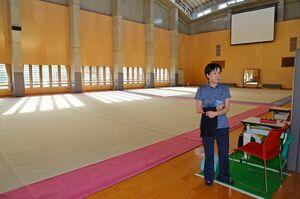 佐賀女子高新体操部の選手たちが練習を積んできた体育館で県高校総体中止の無念さを語る横川由美監督=佐賀市の同校