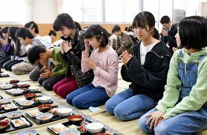 和食器に親しみながら、給食を味わう児童たち=佐賀市の北川副小