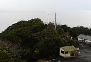 佐賀と諫早を結ぶ海上交通の要衝、竹崎島から望む有明海。中央の小高い丘には現在の夜灯鼻灯台の先端が見える=藤津郡太良町