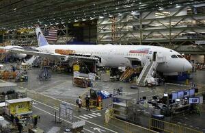 米西部ワシントン州の工場で製造される、米ボーイング社の中型機「787」=2017年6月(AP=共同)