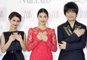 「ネイルクイーン2017」の授賞式に登場した(左から)ダレノガレ明美、橋本マナミ、押尾コータロー=13日、東京都内