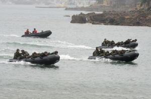 水陸両用訓練で海上を進む陸上自衛隊相浦駐屯地のゴムボート=長崎県佐世保市の相浦海岸(2015年7月16日)