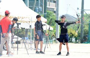 アーチェリー男子団体決勝で安定したプレーを見せた高志館チーム=佐賀市の高志館高グラウンド