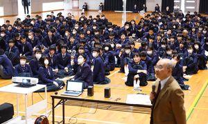 佐賀駅前の西友跡地活用をテーマに模擬選挙を体験した致遠館高の生徒たち=佐賀市の同校