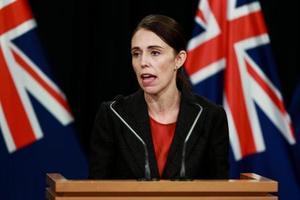 15日、ニュージーランドのウェリントンで記者会見するアーダン首相(ゲッティ=共同)