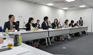 女性が働き続けられるための手だてについて意見を交わす参加者=佐賀市の日本政策金融公庫佐賀支店