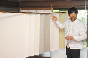 来場者に手仕事を説明する紙漉思考室の前田崇治さん=唐津市北波多の草伝社