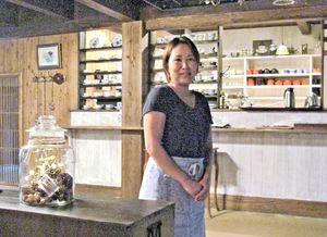 風情ある店内とスタッの古川七瀬さん