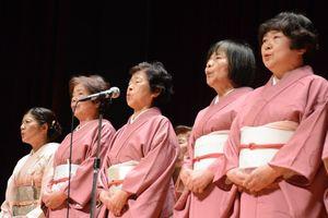 来場客に吟詠を披露する会員ら=佐賀市兵庫北のメートプラザ佐賀