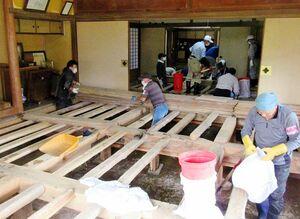 中村與右衛門屋敷の床下の泥などを撤去するボランティア=7月、鹿島市音成(提供)
