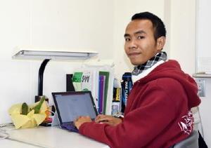 最近は論文の執筆に忙しいというタッチ・ラスメイさん=佐賀市の佐賀大学大学院