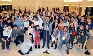 「佐賀さいこう」の掛け声で記念撮影をする参加者と山口祥義知事=名古屋市のヒルトン名古屋