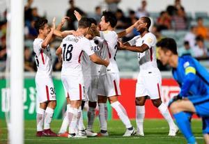 鹿島―天津権健 前半、2点目のゴールを決め、喜ぶ安部(左端)ら鹿島イレブン=マカオ(共同)