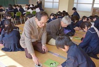 佐賀のニュース 昼休み囲碁児童に人気