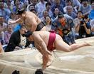 大相撲、御嶽海が初黒星