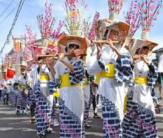 笛や太鼓を響かせながら海童神社へ向かう子どもたち=佐賀市川副町