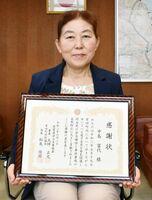 迷子の3歳児を保護して署長感謝状を受け取った中島富代さん=伊万里署