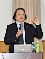 片耳難聴について説明する神田幸彦医師=伊万里市の松浦公民館
