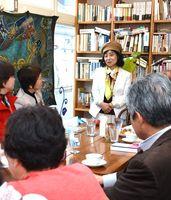 読者やカフェの常連と話す江島その美さん=佐賀市呉服元町のカフェ・ブラッサンス