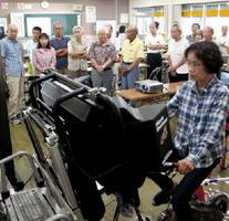 自転車シミュレーターを使った講習を見守る参加者=佐賀市久保泉町の運転免許試験場