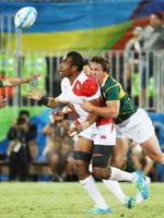 リオ五輪のラグビー7人制男子3位決定戦の南アフリカ戦で タックルを受ける副島選手=8月13日付、リオデジャネイロ(共同)