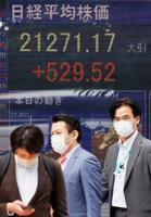 緊急事態宣言の全面解除から一夜明け、急伸した日経平均株価の終値を示すボード=26日午後、東京・八重洲