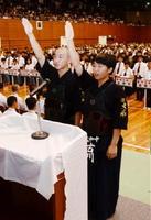 剣道の開会式で選手宣誓する大和の山口滉矢主将(左)と古川寛華主将=佐賀市の県総合体育館