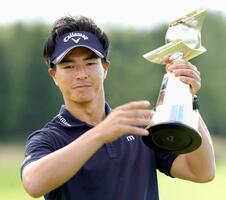 今季2勝目を挙げ、トロフィーを掲げる石川遼=ザ・ノースカントリーGC