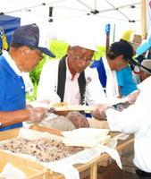 福岡県朝倉市でおこわの炊き出しを行った東部地区ライオンズクラブ会員たち(提供写真)