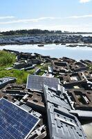 台風の影響で損壊した太陽光パネル=杵島郡白石町新拓の有明貯水池