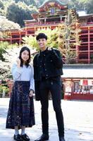 撮影前、鹿島市の祐徳稲荷神社で安全祈願をした主演の上白石萌音さんとティティ・マハーヨーターラックさん