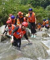 足場を確認しながら前に進む参加者=昨年7月、唐津市七山の滝川川