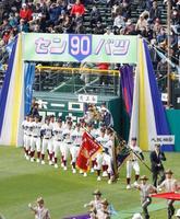 第90回選抜高校野球大会の開会式で入場行進する大阪桐蔭の選手ら=23日午前、甲子園球場
