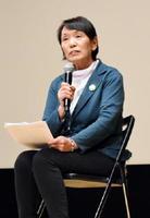震災や原発事故での避難の状況や現在の生活を語る石井絹江さん=佐賀市のアバンセ