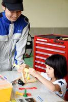 おもちゃの整備道具でねじ回しを体験する園児=佐賀市の佐賀工業専門学校