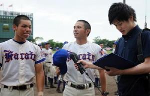 優勝インタビューを受ける唐津商の吉冨俊一監督(中央)と井上樹希也主将(左)