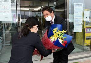職員から花束を受け取る岡毅町長=みやき町庁舎前