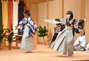 「岩船」を舞う子どもたち=神埼市のはんぎ-ホール