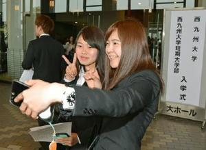 友人同士で記念撮影する入学生=佐賀市文化会館