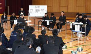 生徒たちが裁判官などの役割を担って行った模擬裁判=吉野ヶ里町の東脊振中
